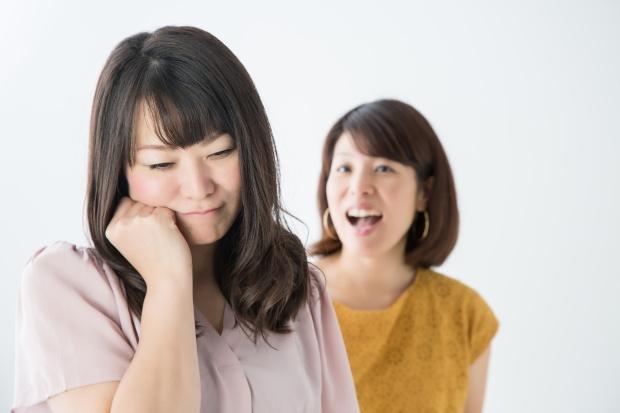 友人関係に悩む女性